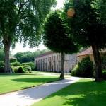Aleja pośród drzew w Fonteney we Francji by jimforest