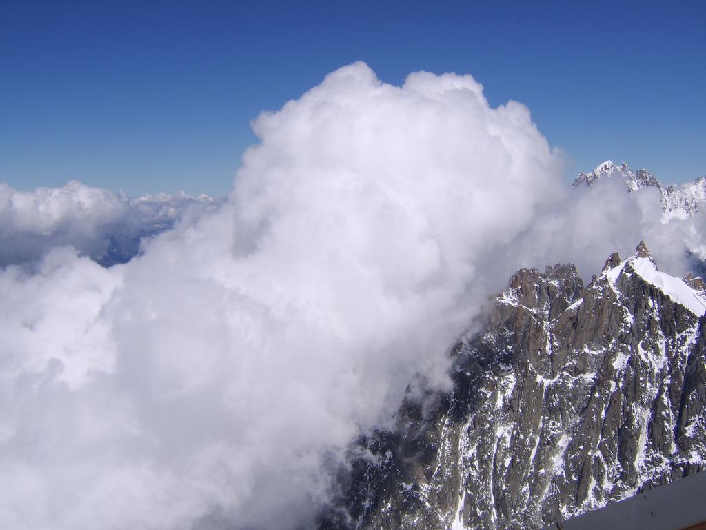 Chmury na szczycie Mont Blanc - by Mat Strange