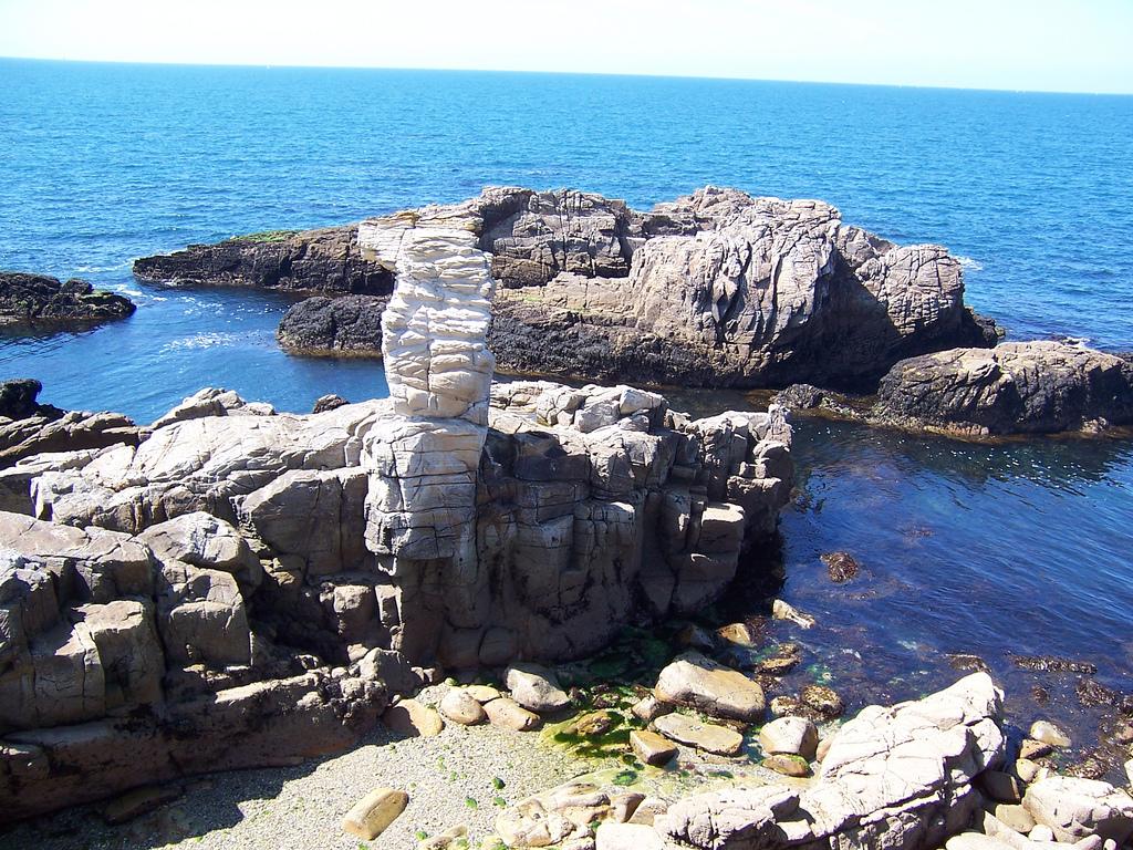 Ciekawe skały na brzegu Zatoki Morbihan we Francji by steve.grosbois