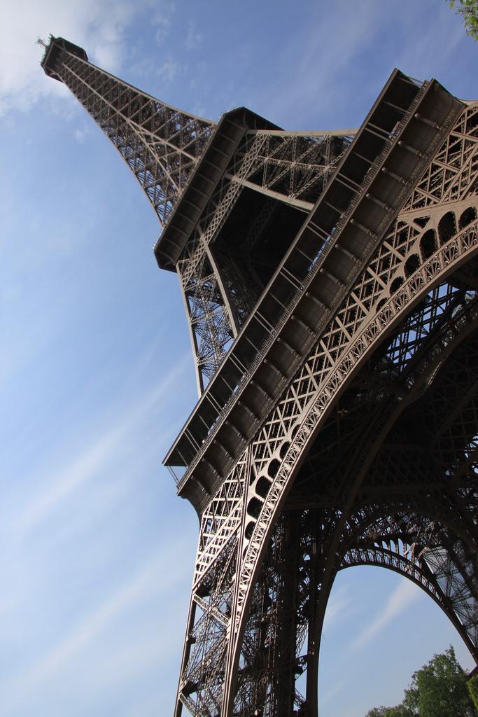 Ciekawe ujęcie Wieży Eiffla by bortescristian