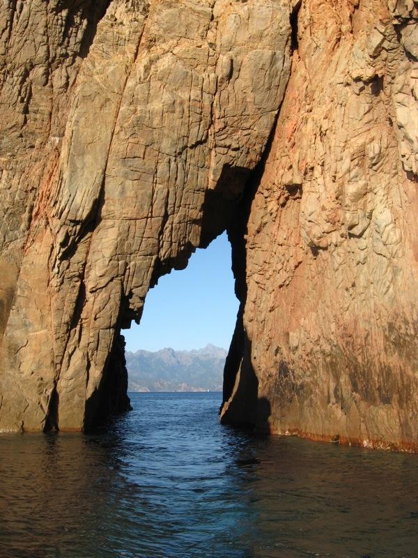 Dzira w skale na Morzu Śródziemnym - Rezerwat Scandola - by s_levaillant