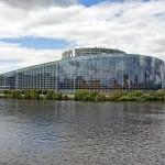 Euro Parlament w Strasburgu z oddalenia by Gerry Balding