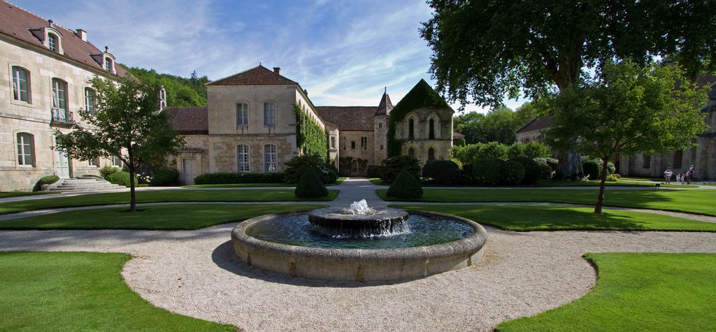 Fontanna na terenie opactwa Fontenay by Sylviane Moss