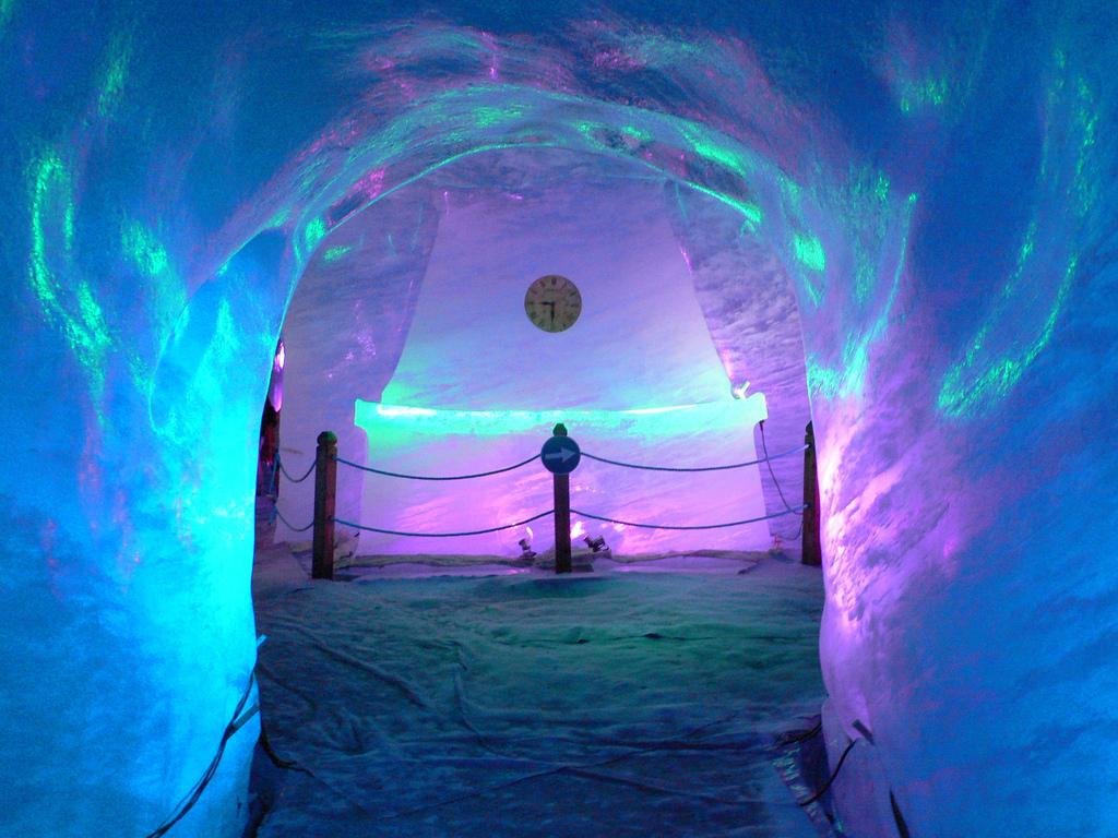 Jaskinia wykuta z lodu - na lodowcu Mer de Glace - by heatheronhertravels