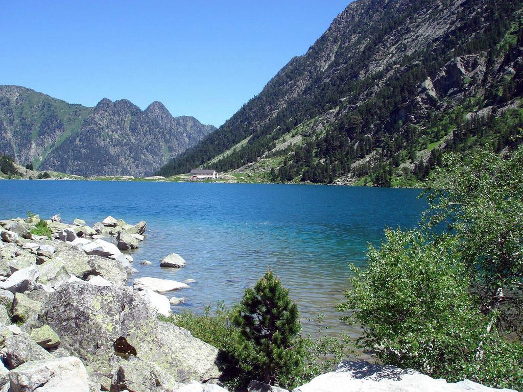 Jezioro obok szczytu Vignemale w Pirenejach we Francji by David Domingo