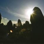 Kamienny zachód słońca w Carnac by dans le grand bleu