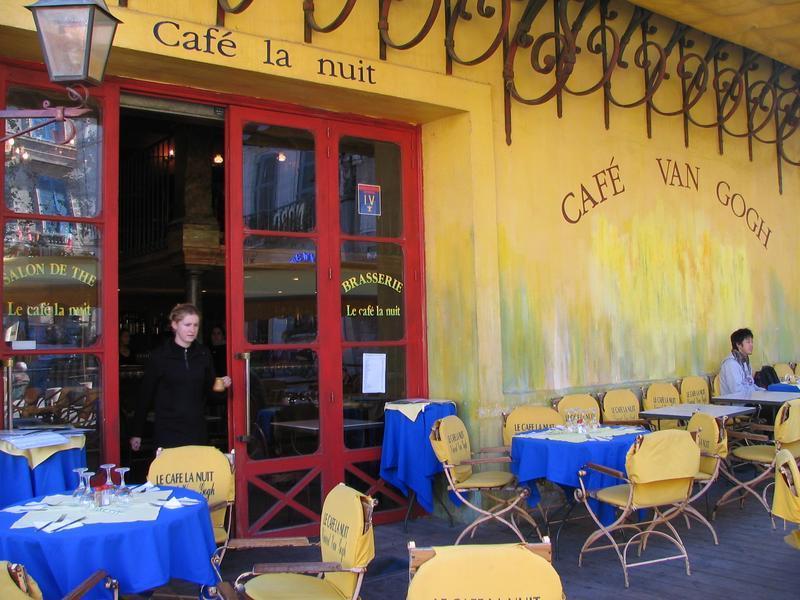 Kawiarnia Van Gogh w Arles we Francji by VerneBecker