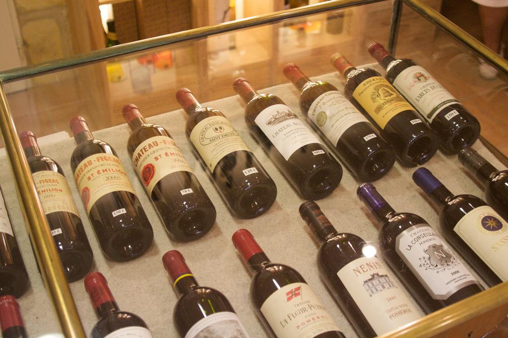 Kolekcja drogich francuskich win by Julien Menichini