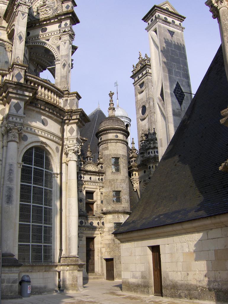 Liczne wieże i wieżyczki zamku w Chambord  by Joe Shlabotnik