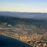 Lot samolotem nad Lazurowym wybrzeżem - u dołu Nicea i lotnisko w Nicei - by hubertk