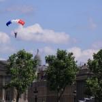 Lot spadochroniarza nad Paryzem w święto państwowe  by escalepade