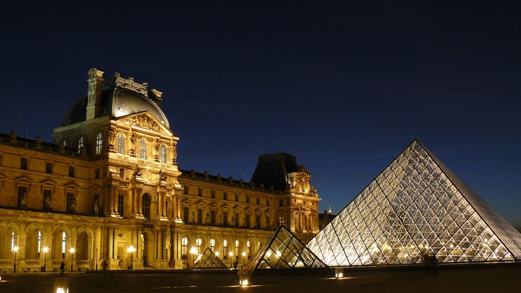 Luwr w nocy - Paryż - Francja - by Bruno Favoreto