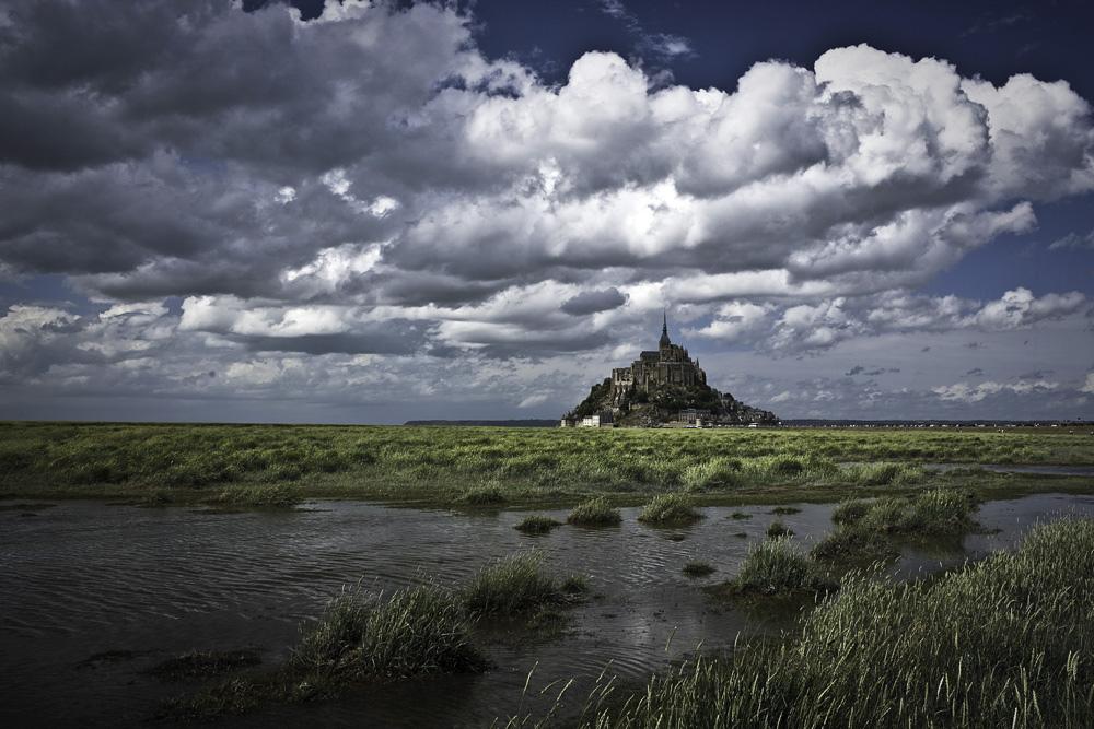 Mont Saint Michel w pochmurny dzień by P!XELTREE
