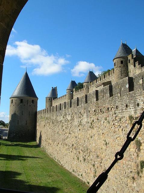 Mury zamku w Carcassone od środka by artífecs