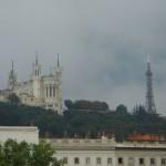 Najlepsze zabytki Lyonu - z lewej katedra Notre dame z prawej Wieża Tour Matallique by Darkroom Daze