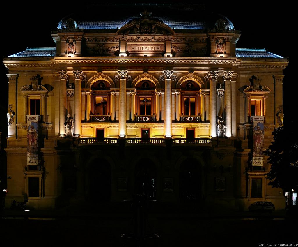 Nocny widok teatru w Lyonie by Nemodus photos