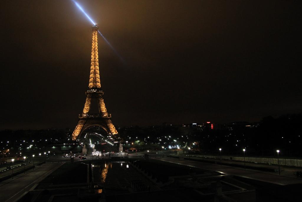 Nocny widok wieży Eiffla w Paryżu by Arek Olek