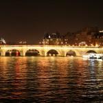 Oświetlenie mostu Pont Neuf na Sekwanie w Paryzu by Vineus
