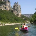 Pływanie kajakiem po Ardeche we Francji by ericgoodwin