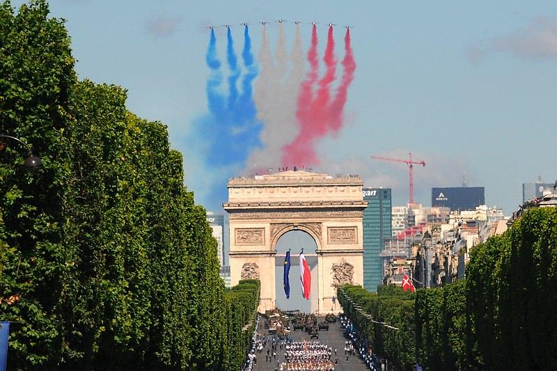 Paryż 14 lipca - pokaz samolotowy - obchody święta zdobycia Bastylii - by Ammar Abd Rabbo