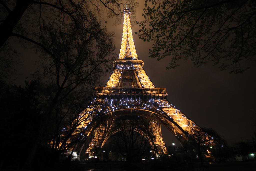 Paryska Wieża Eiffla nocą  by Arek Olek