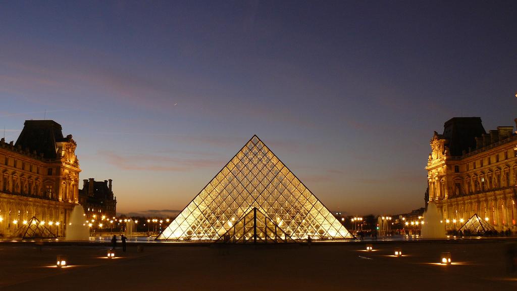 Piramida Luwru - nocny widok - by Bruno Favoreto