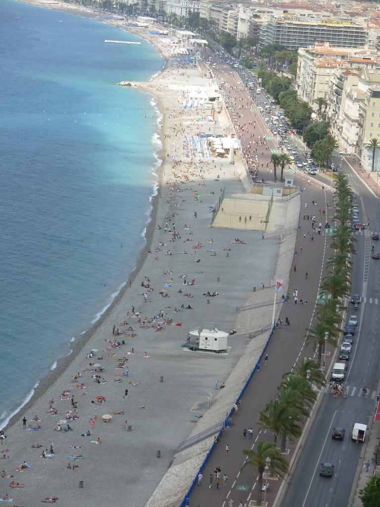 Plaża w Nicei na Lazurowym Wybrzeżu z lotu ptaka - by Wilson Loo
