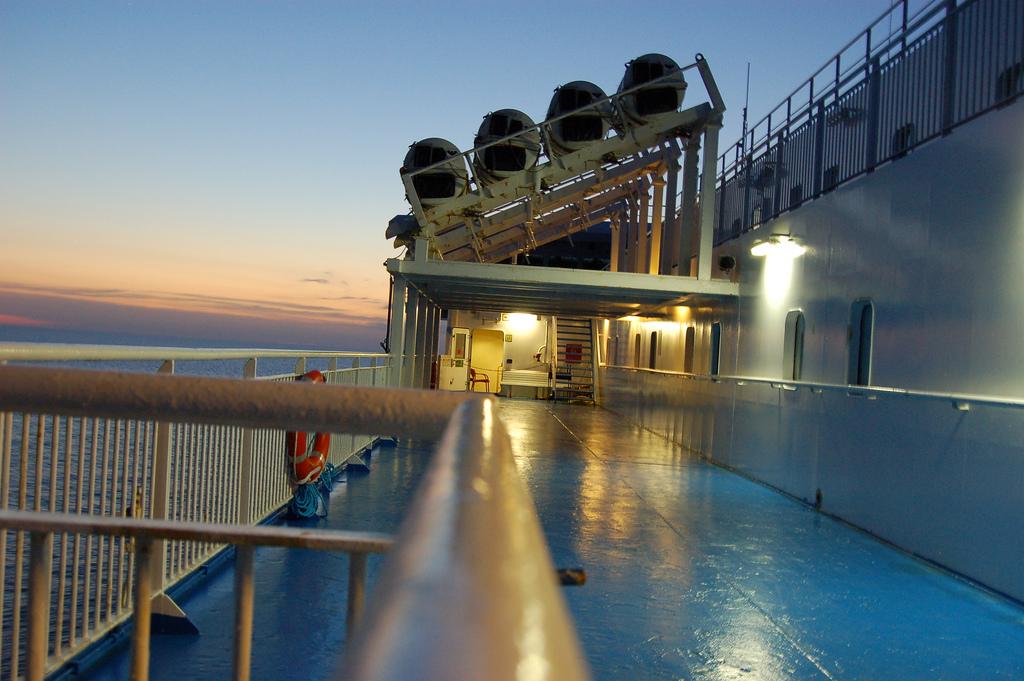 Pokład jednego ze statków wycieczkowych - przewożących turystów po rezerwacie Scandola na Kosyce by Marie-Caroline