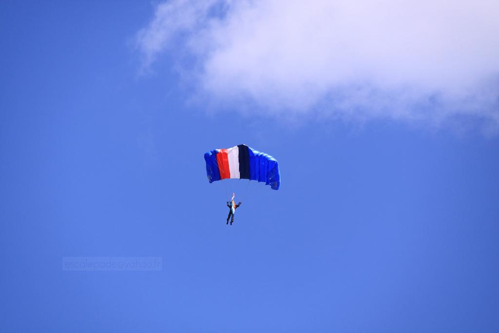 Pokaz spadochronowy z okazji francuskiego święta zdobycia Bastylii - by escalepade