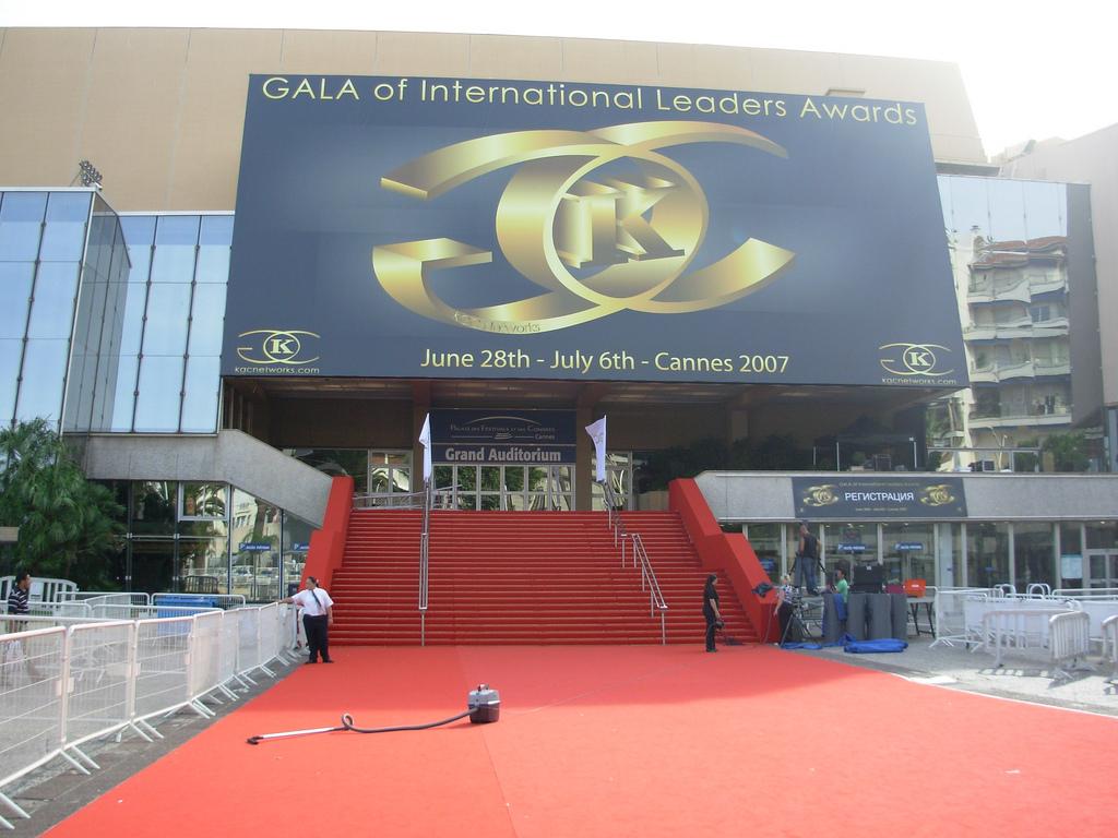 Przygotowania do przyjęcia gwiazd w Cannes by Wilson Loo
