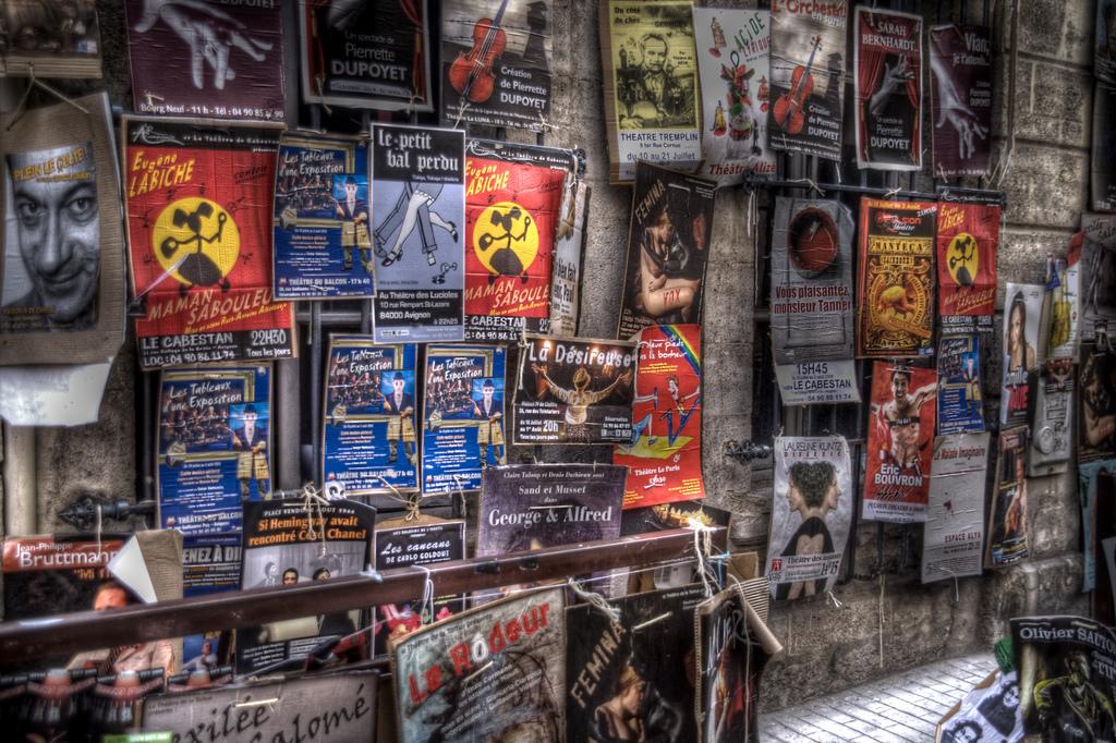Reklamy podczas Festiwalu Teatralnego w Awinionie by Szymon Stoma