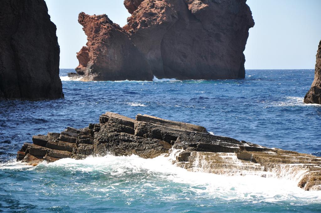 Skały wulkaniczne - rezerwat Scandola - Korsyka - by guerric