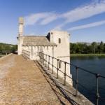 Spacerując po moście na Rodanie w Awinionie by chogenbo
