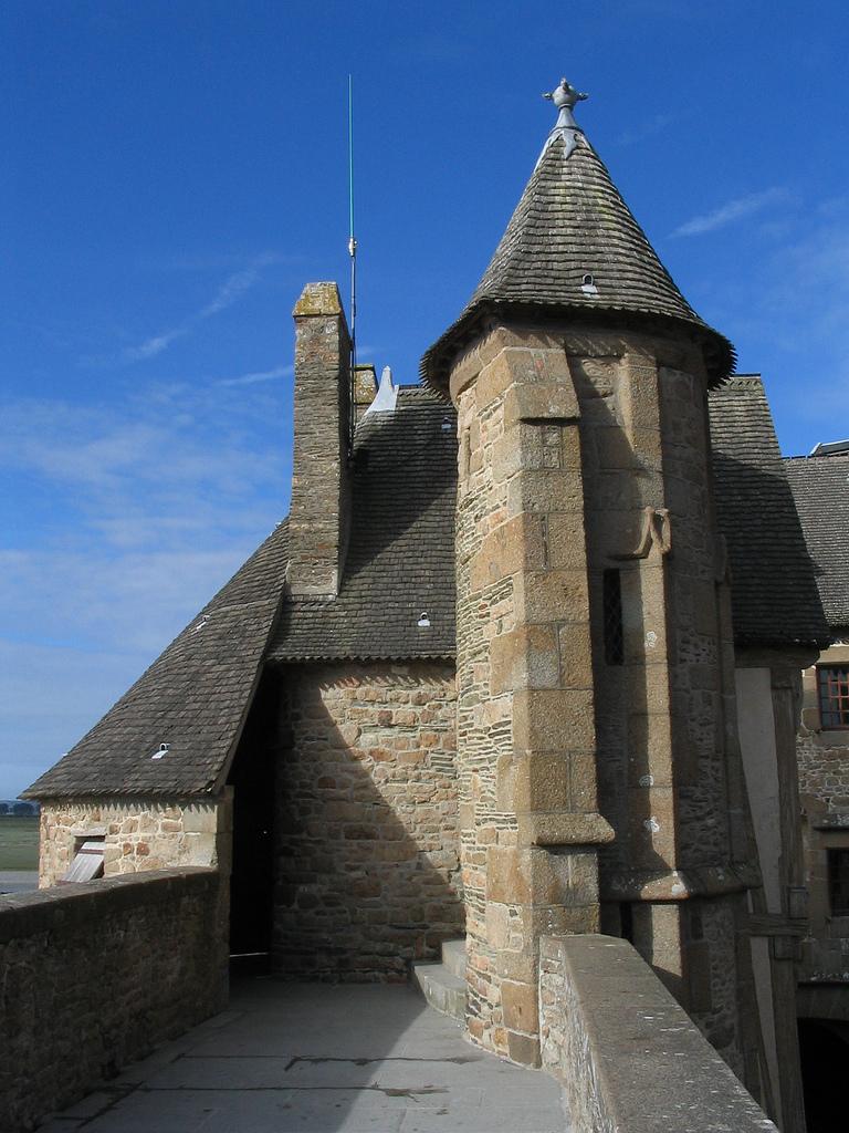 Stojąc na murach Mont Saint Michel by ecololo