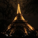 Stojąc pod wieża Eiffla w nocy by Arek Olek