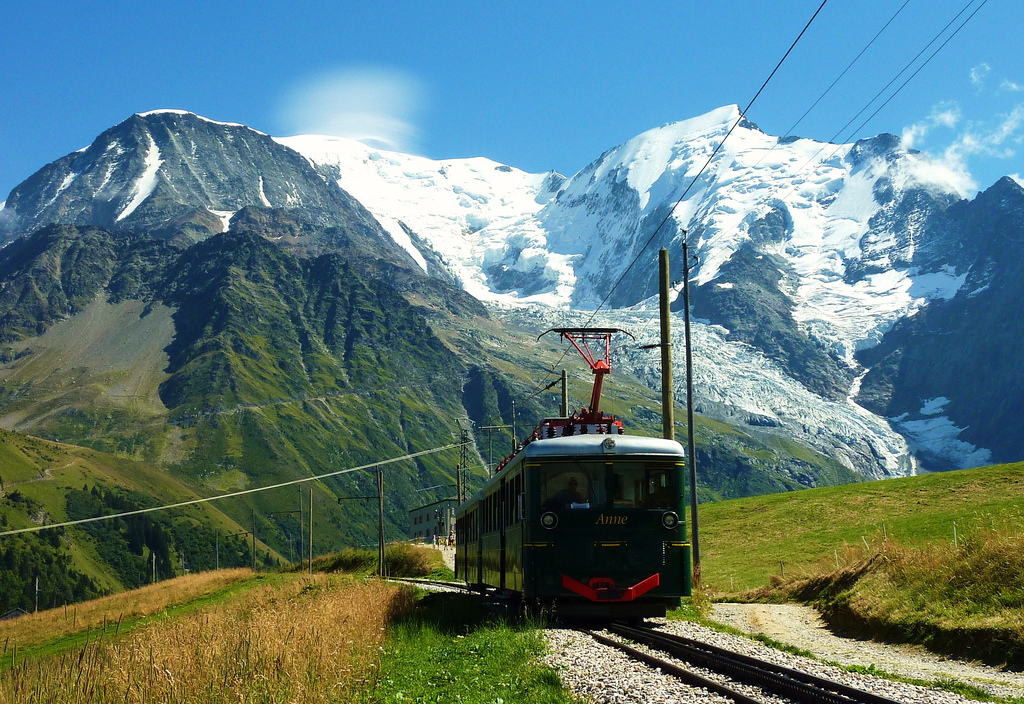Tramwaj na Lodowiec Mer de Glace na Mont Blanc - by thierry llansades