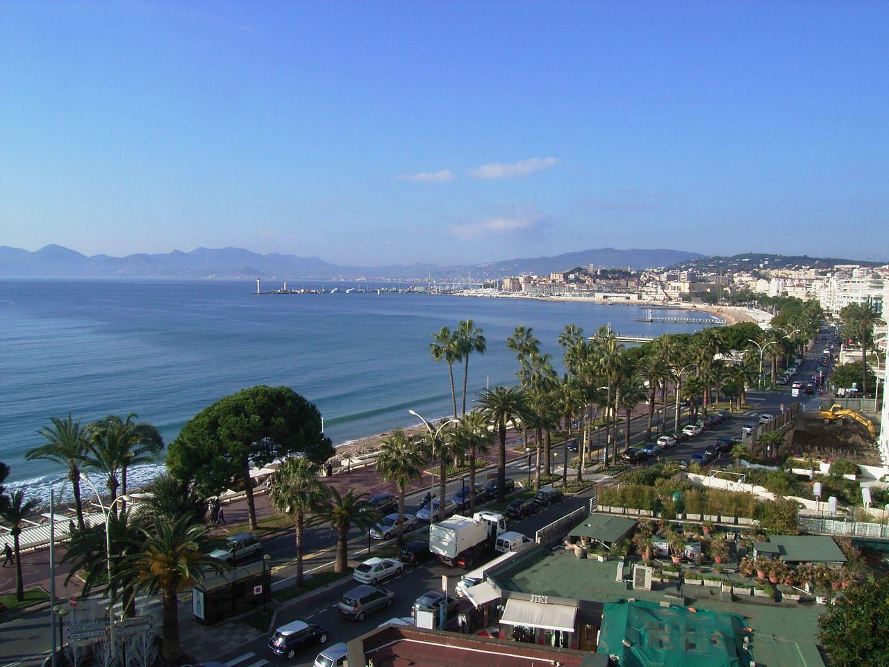 Widok Cannes z lotu ptaka by TOMOYOSHI