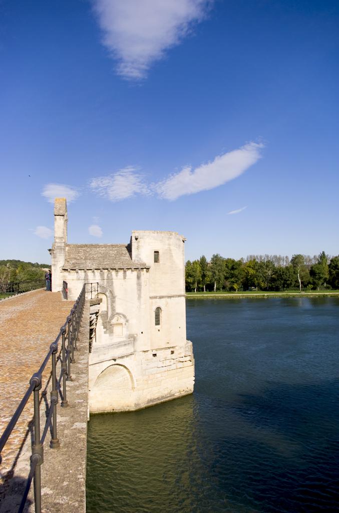 Widok z mostu na Rodanie we francuskim Awinionie by chogenbo