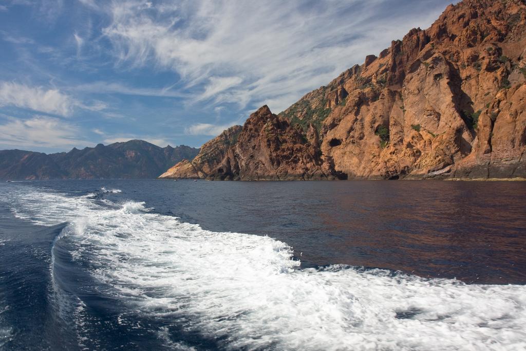 Widok ze statku na skały rezerwatu Scandola - by TurboFreddy
