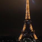 Wieża Eiffla nocą z oddali by Arek Olek