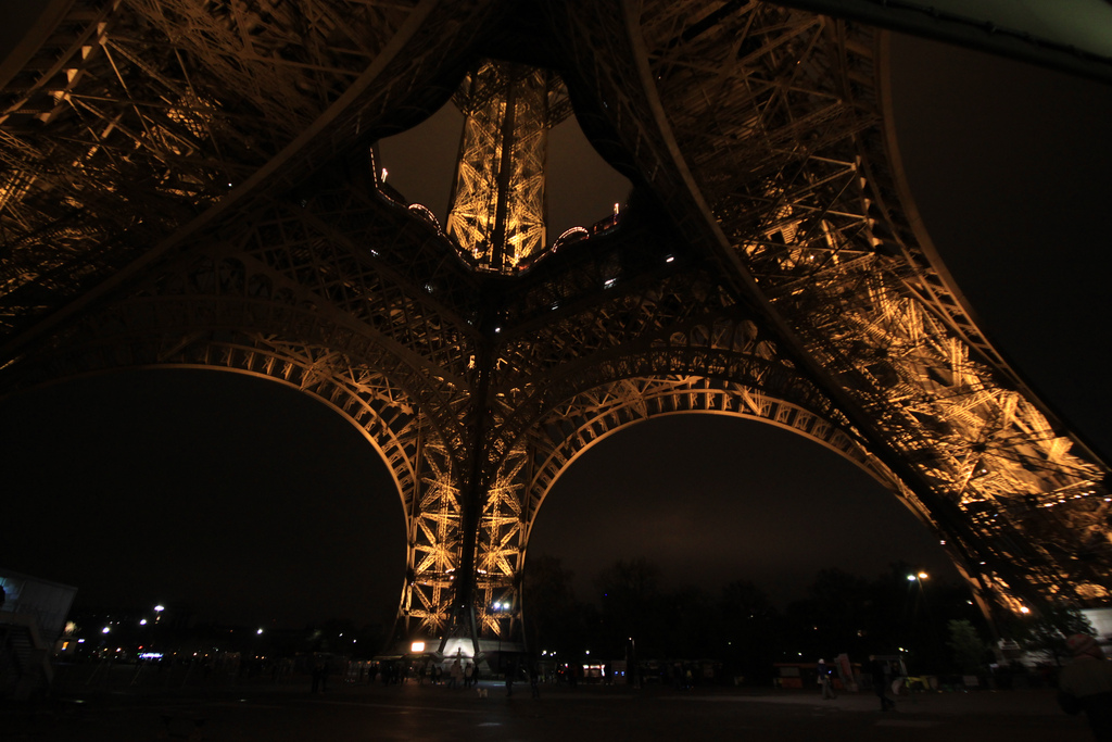 Wieża Eiffla w nocy z bliska by Arek Olek