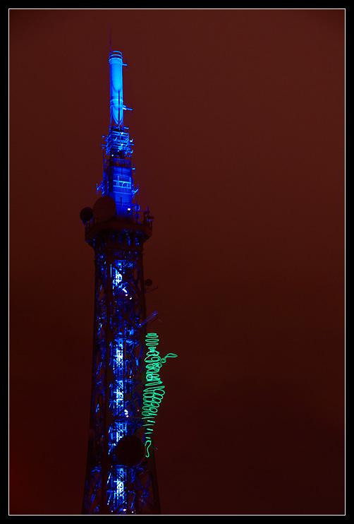 Wieża Tour Matalique w Lyonie nocą by noukorama