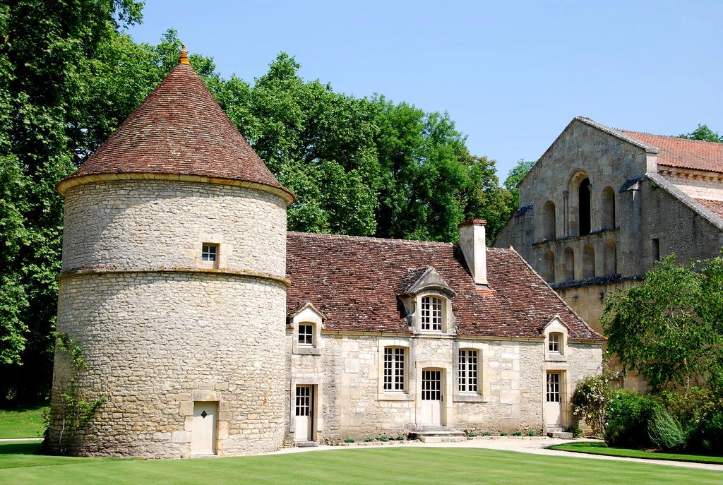 Wieża w malowniczym Fontenay we Francji by jimforest