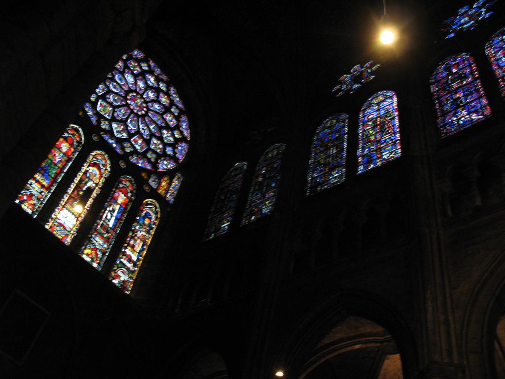 Wnętrze katedry Chartres - w górze witraże - by ho visto nina volare