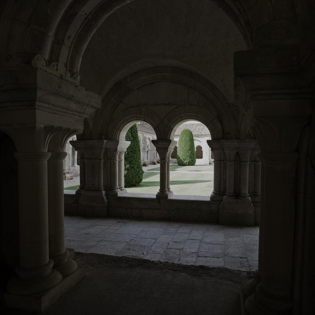 Wnętrze klasztoru Fontenay by Sylviane Moss