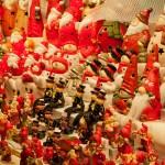 Zabawki i figurki sprzedawane w kramach na jarmarkach by Michal Osmenda