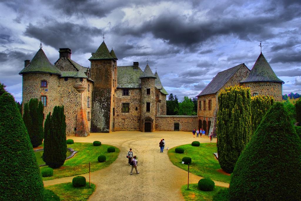 Zamek - Chateau de Cordés - Pośród gór  Masywu Centralnego - by Jordi Chueca
