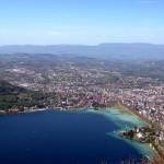 Annecy - widok miasta, gór i jeziora z lot ptaka - by Davers