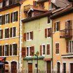 Barwne kamieniczki w Annecy we Francji - by timbobee