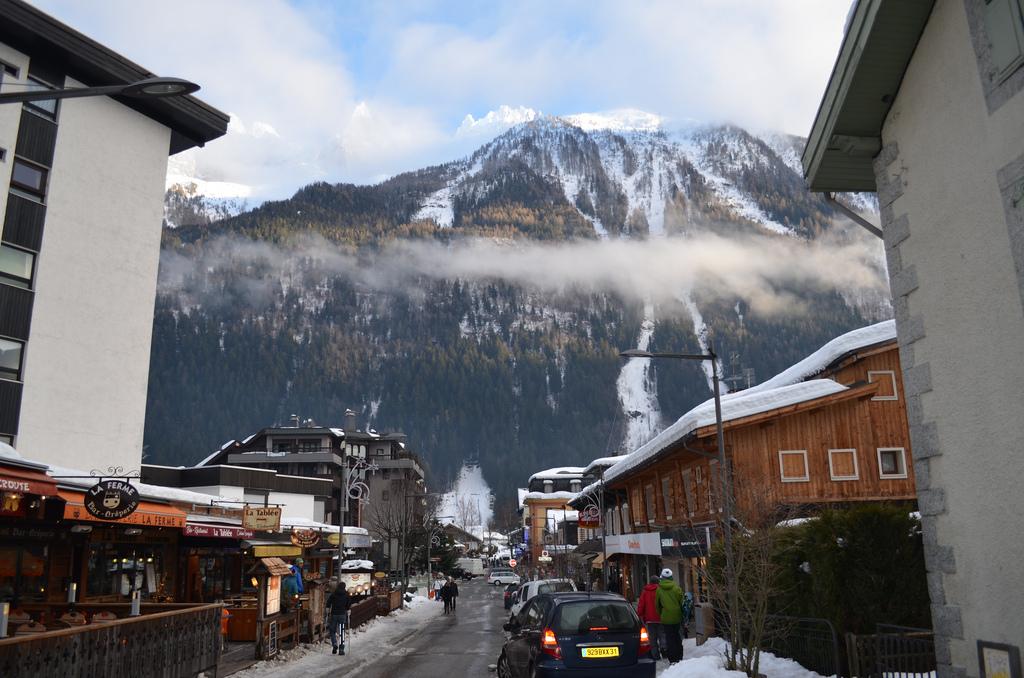 Chamonix - góra za lekka mgiełką -  by eGuide Travel